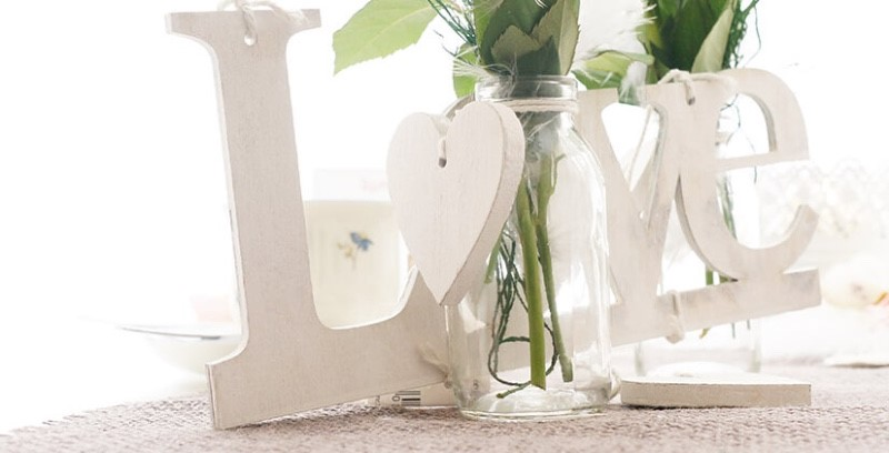 1596_Hochzeitsdeko-Shabby-chic-Landhausstil-selber-machen-rosa-weiß-natur-mit-Tischkarten-Glasflaeschchen-Windlicht