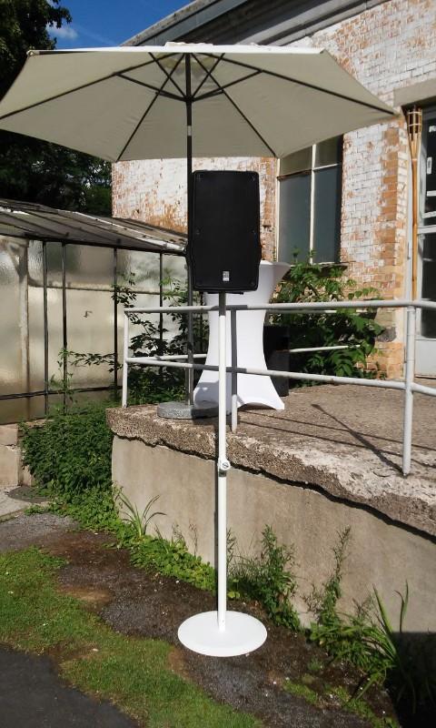 akku-funk-box-auf-weißem-tellerstativ-outdoor